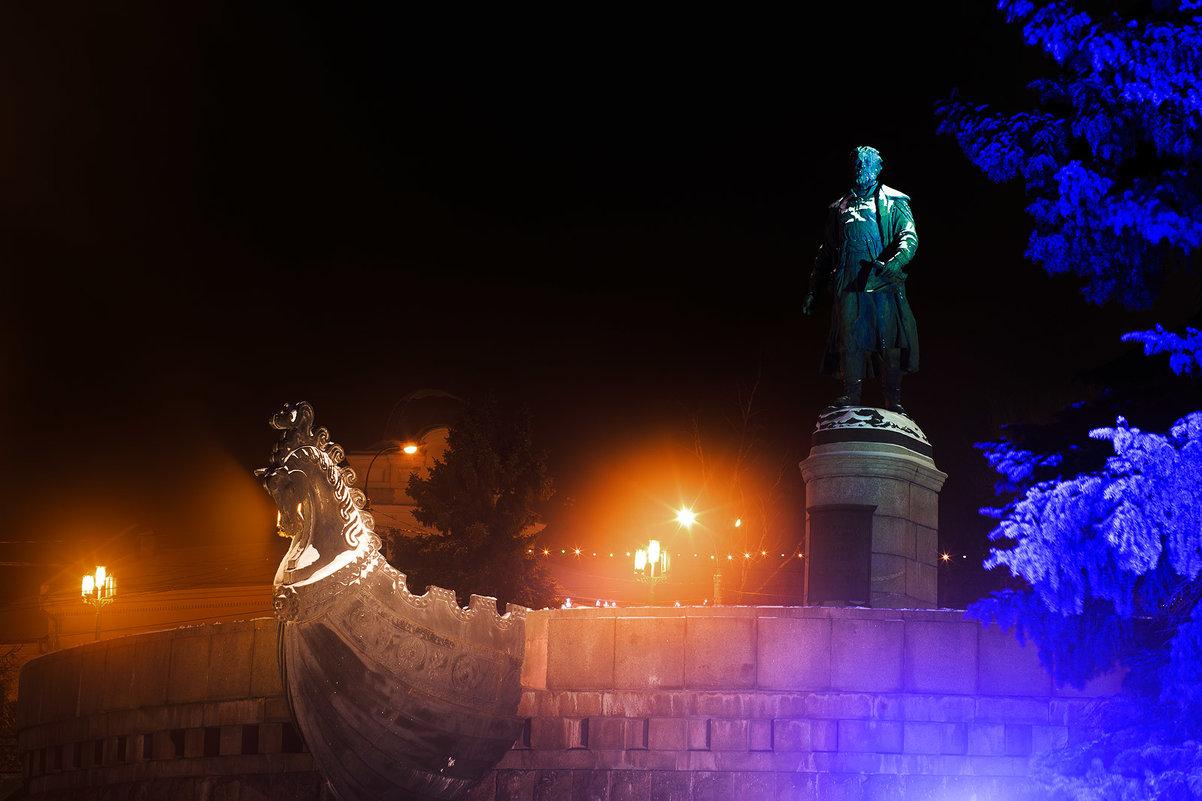 Памятник Афанасию Никитину ночью