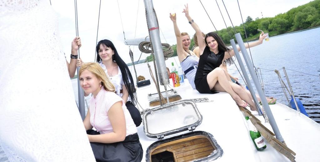 Красивые девушки отдыхают на яхте