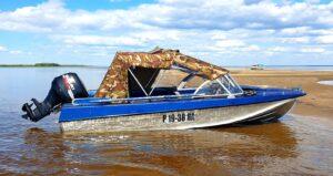 Лодка с мощным мотором и тентом