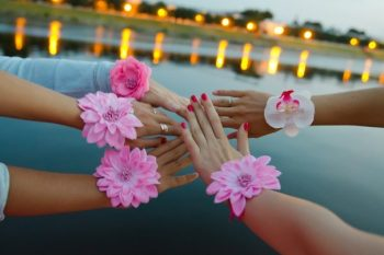 Дивичник на яхте - руки украшены цветами