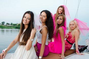 Дивичник на яхте - яркие девушки