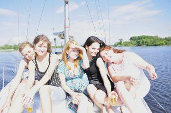 Девушки на яхте. Вид с носа.